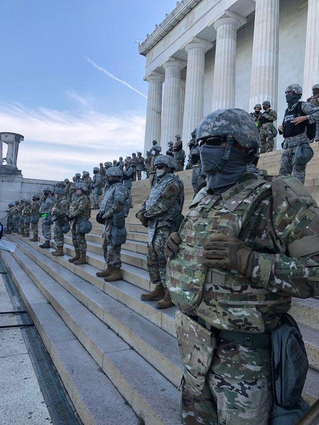 troops on the steps of lincoln memorial